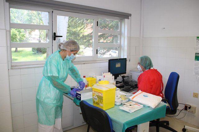 Sanitarios hacen pruebas de COVID - JCCM