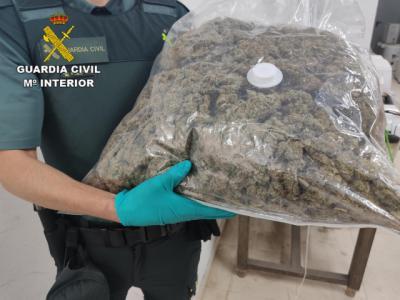 SUCESOS | Le pillan con 8 kilos de marihuana escondida en bolsas de basura