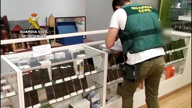 Un guardia civil enla operación en la que se ha desmantelado una red dedicada a la estafa nigeriana de venta online - GUARDIA CIVIL. Europa Press