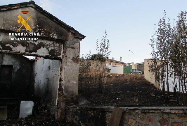 VANDALISMO | Investigan a dos jóvenes por incendiar una casa y varios contenedores en una localidad de C-LM