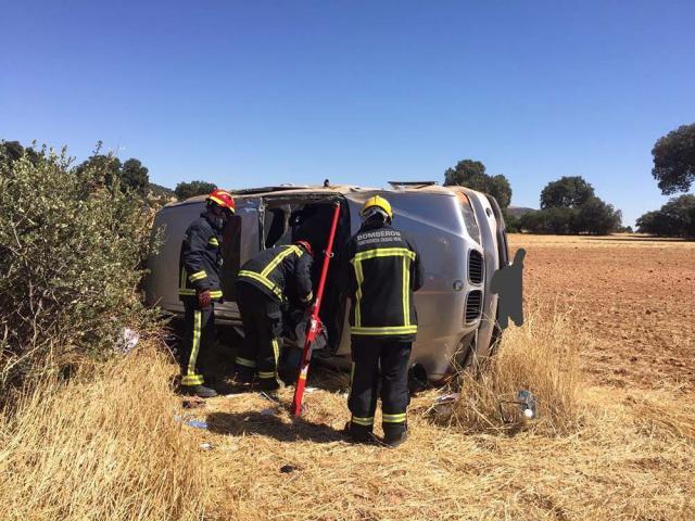 ÚLTIMA HORA   Una mujer herida tras volcar su vehículo