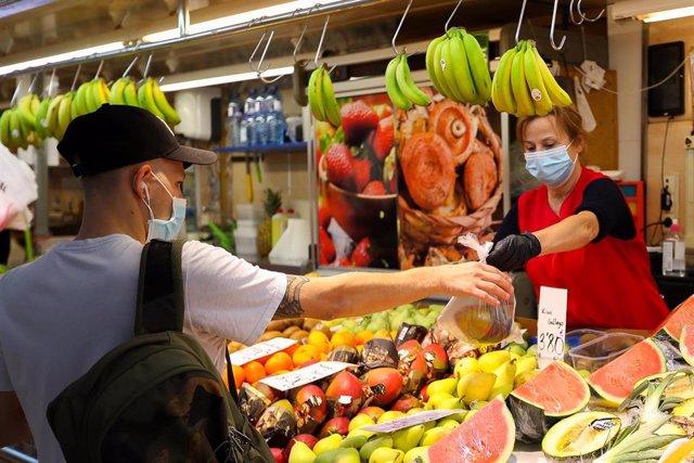 Una trabajadora de una frutería del Mercado. - Iván Terrón - Europa Press - Archivo