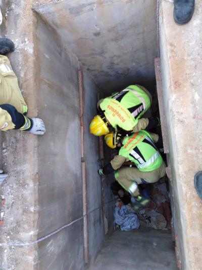 CEMENTERIO   Rescatan a un hombre de 80 años tras caer a una fosa