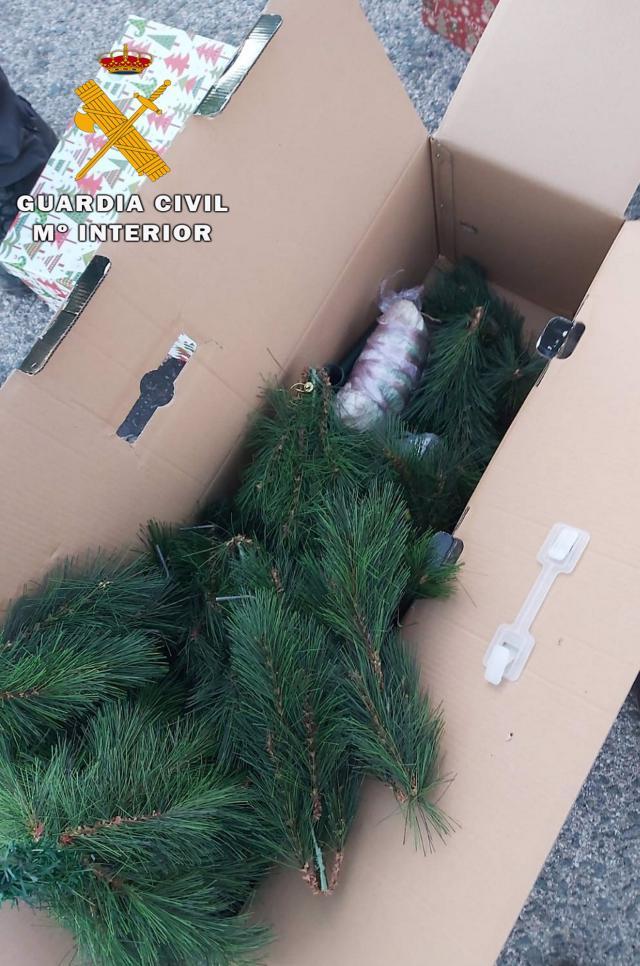 PILLADOS | Detenidos con 800 gramos de speed ocultos en una caja de adornos navideños