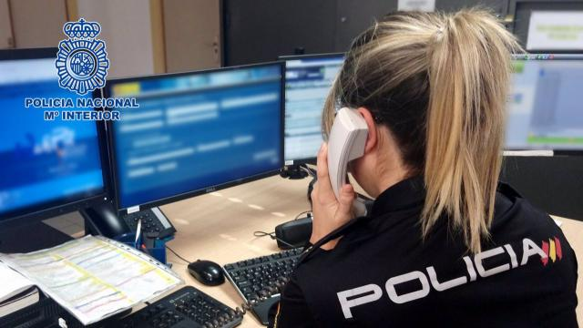 Agente de Policía Nacional atiende una llamada