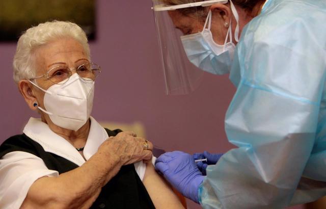 COVID | Carmen Carboné, primera enfermera en inyectar la vacuna en España: