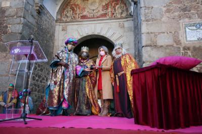TOLEDO | Los Reyes Magos reciben y saludan a cientos de niños bajo estrictas medidas de seguridad