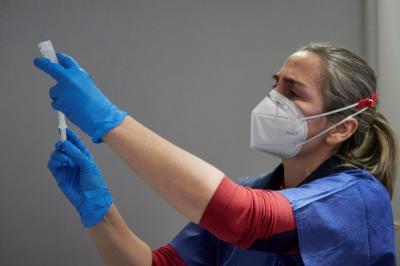 Una trabajadora sanitaria administra vacuna - EDUARDO SANZ/EUROPA PRESS