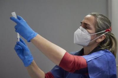 COVID-19 | Madrid suspende la vacunación a los sanitarios que están en primera línea por falta de vacunas