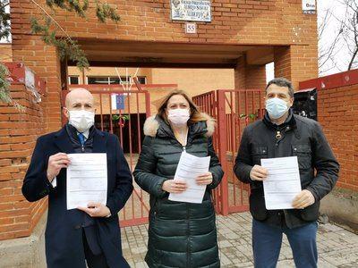 Los dirigentes de Cs Carmen Picaxo, David Muñoz y Esteban Paños ante un colegio de Toledo. - CS