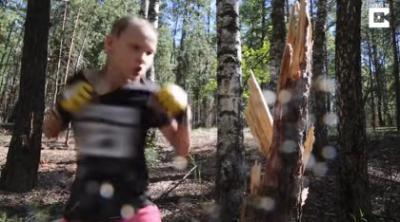 VÍDEO | Una niña de 10 años destroza un árbol a puñetazos para entrenar