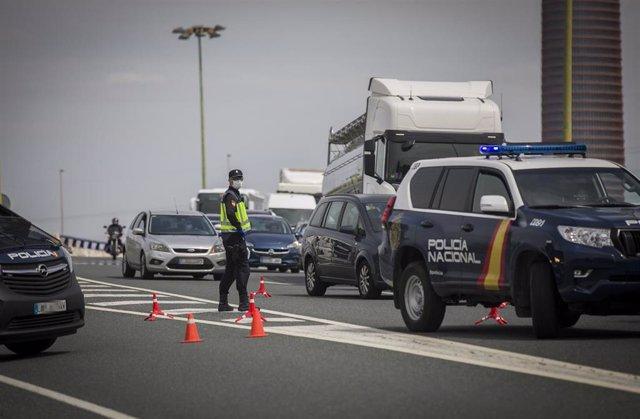 Agentes de la policía nacional regulan el tráfico en un control   María José López - Europa Press - Archivo
