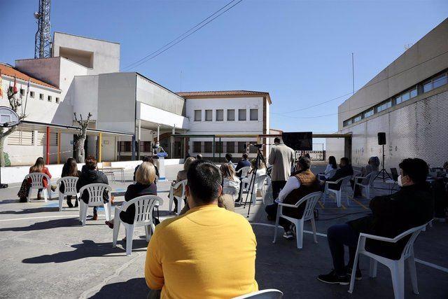CLM | Núñez y el PP se comprometen a defender a maestros y profesores para construir una región
