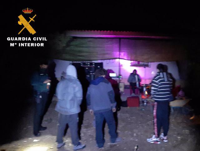 MULTADOS | Fiesta ilegal, con alcohol y drogas, en una casa de campo
