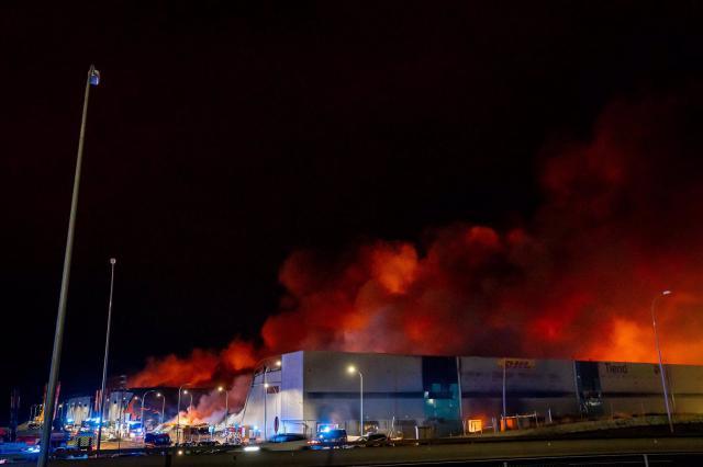 SESEÑA | Decenas de bomberos continúan trabajando en el fuego de las naves