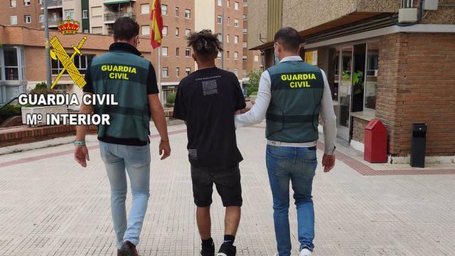 Tres jóvenes de una banda latina le cortan la cara a un hombre