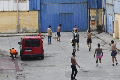Varios menores extranjeros no acompañados en las naves del Tarajal en Ceuta