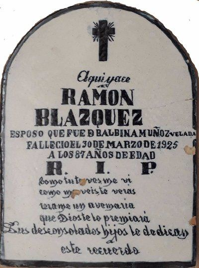 Exposición de placas funerarias en cerámica de Talavera