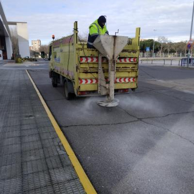 TALAVERA | El Ayuntamiento esparce sal para evitar accidentes con las heladas