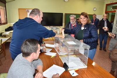 Tita García y Montse Muro depositan su voto en Talavera