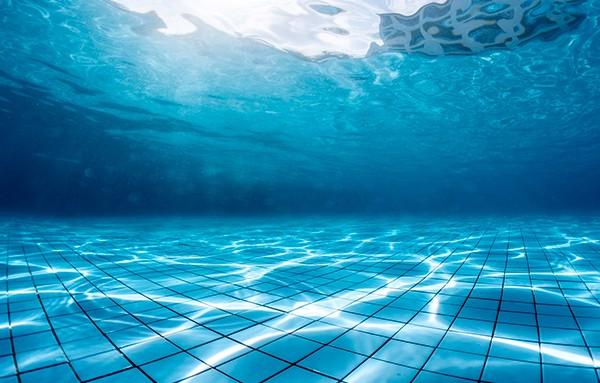 Una nueva fuga de agua mantiene cerrada la piscina de La Alameda