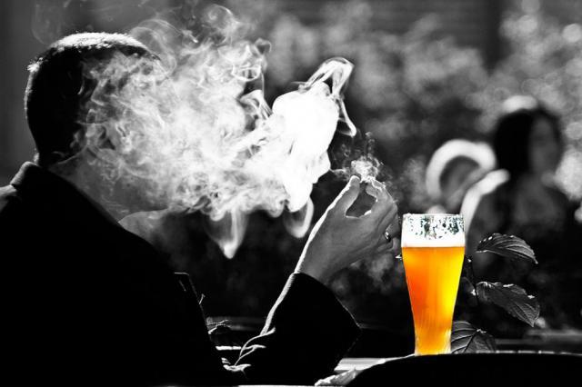 COVID | Castilla-La Mancha baraja prohibir fumar en la calle y en terrazas
