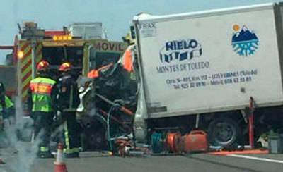 Fallece un conductor tras colisionar contra un camión en Mora