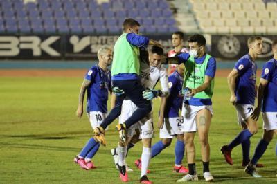 Alegría de los jugadores melillenses tras imponerse a Unionistas Salamanca en los penaltis | UD Melilla