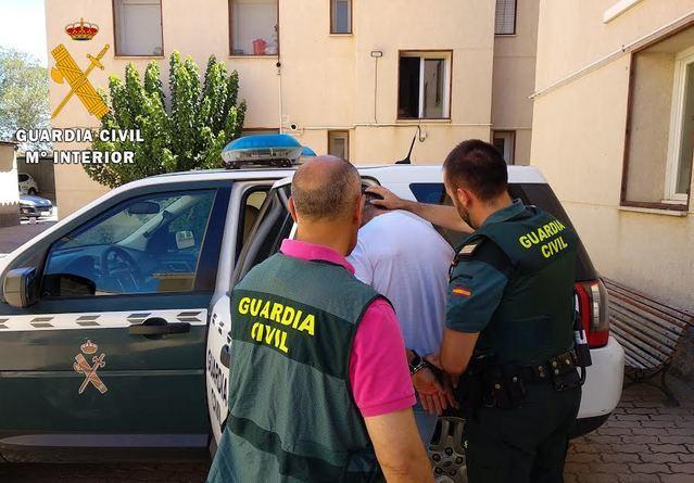 La Guardia Civil deteniendo a uno de los autores.