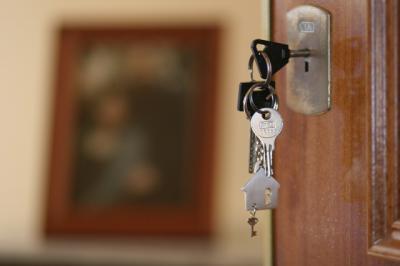 ECONOMÍA | La compraventa de viviendas descendió un 30,1% en julio, según los registradores