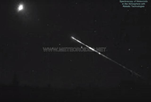 Una roca de asteroide impacta contra la atmósfera