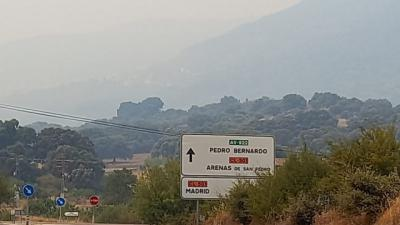 El humo del incendio de Navalacruz ya inunda todo el Valle del Tiétar