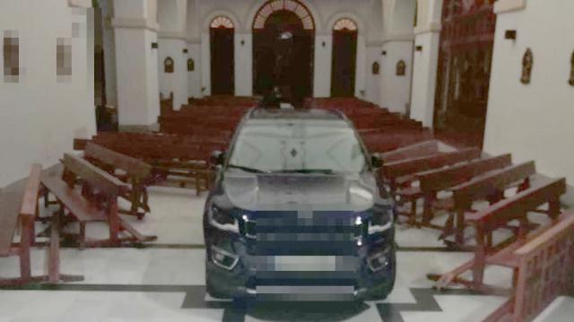 El vehículo en el interior de la iglesia.