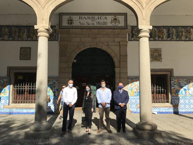 Los jóvenes del PP de Talavera ante la Basílica