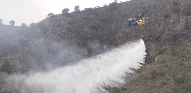 Continúan las labores de extinción del incendio en El Real de San Vicente
