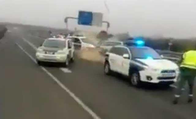 Un conductor empotra su coche contra un vehículo de la Guardia Civil