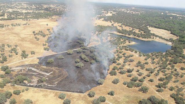 CALZADA DE OROPESA | Medios aéreos y terrestres trabajan en la extinción de un incendio