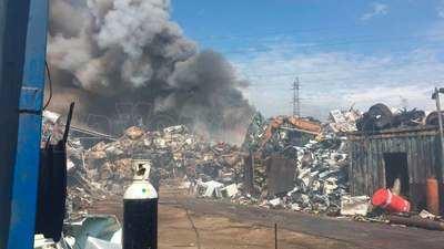 Se incendia una chatarrería en el polígono de Pepino (VÍDEO)