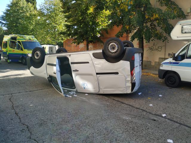 La furgoneta volcada en el asfalto / La Voz del Tajo