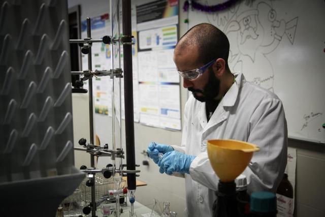 CLM lanza ayudas destinadas a la investigación posdoctoral dotada con más de 470.000 euros