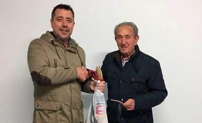 Lorenzo Porris, gana el jamón sorteado por el C.F. Talavera