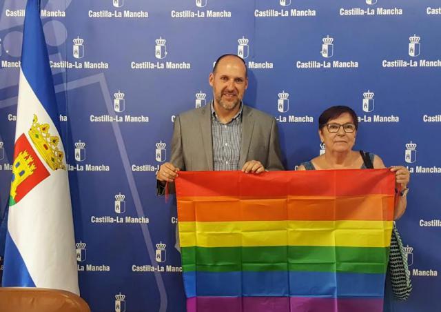 La Delegación de la Junta en Talavera coloca la bandera del orgullo LGTBI