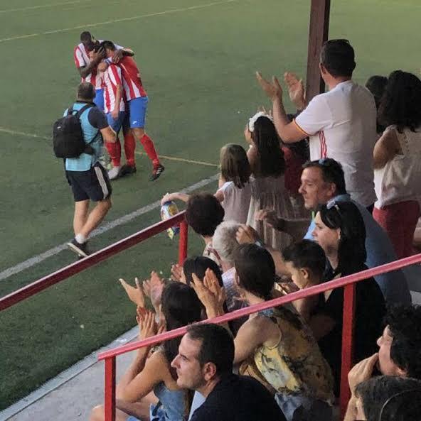 Los jugadores del Pedroñeras celebran uno de los tres goles marcados al Illescas.