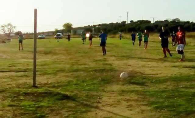 Los niños del CD Kady Montalbán entrenan en un descampado desde hace más de un mes y medio
