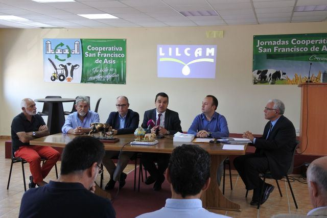 El consejero de Agricultura se reúne con la Cooperativa San Francisco de Asís de Talavera la Nueva