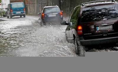 Rescatan a una mujer atrapada en su coche por la lluvia