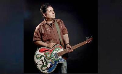 El talaverano Luis Martín presenta la nueva versión de su 'guitarra cerámica'