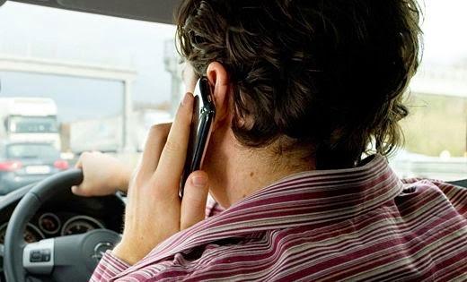 Los castellano-manchegos son los que más miran el móvil mientras conducen