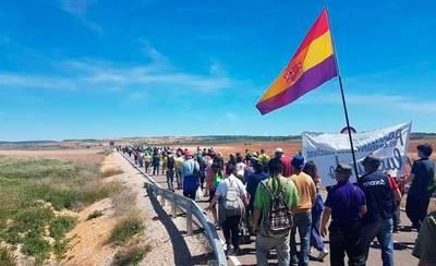 Unas 500 personas marchan a pie a Villar de Cañas en contra de la instalación del silo