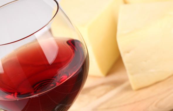 'Peligro' para las exportaciones de CLM a EEUU: Trump impondrá aranceles al vino, aceite y queso español
